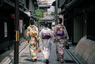 rue avec geishas Road Trip Evasion